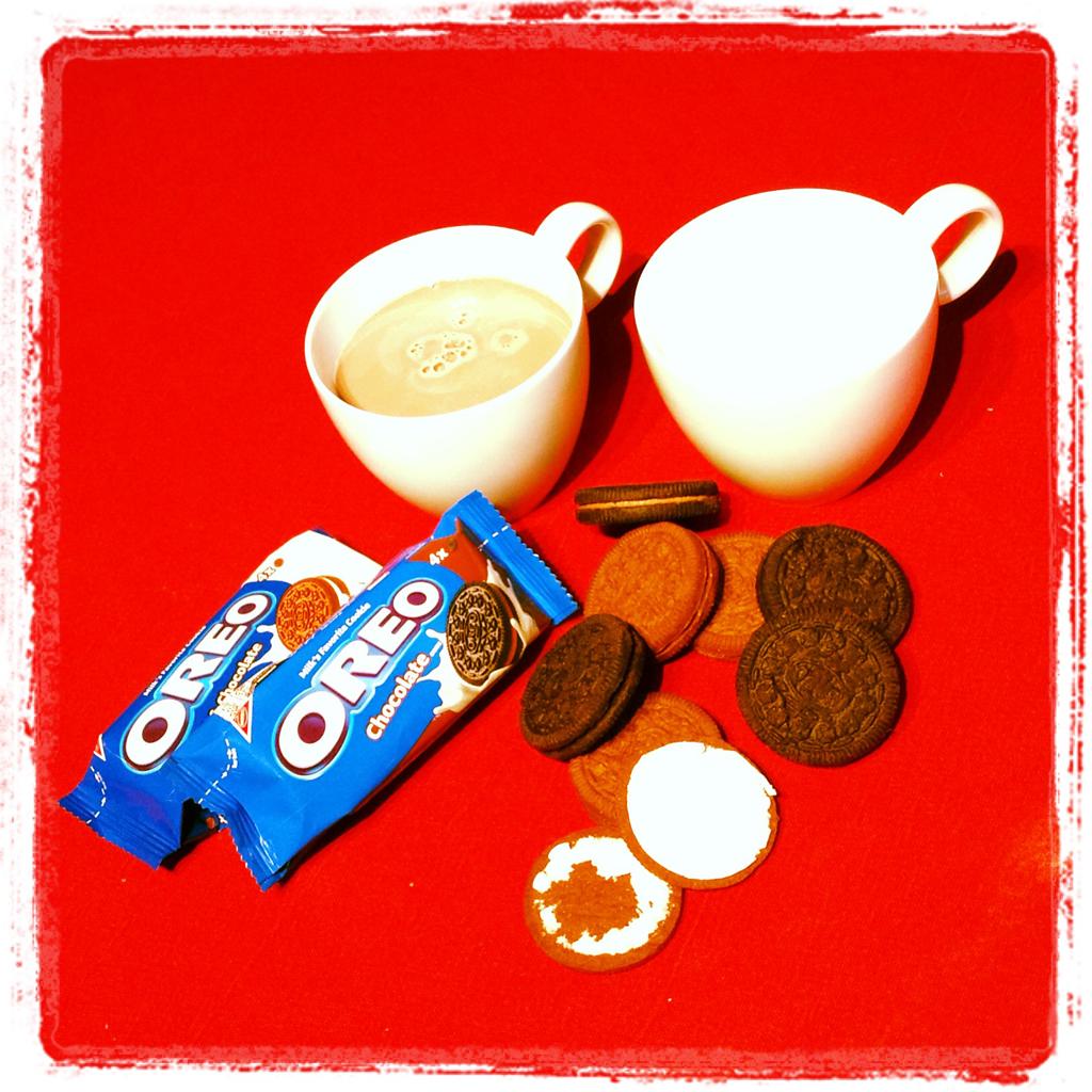 Zwei Sorten Oreo mit Milch und Kakao